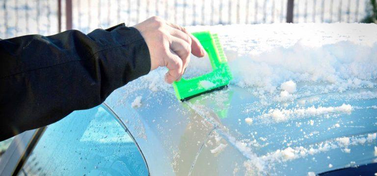 Pendlerauto im Schnee wird frei gekratzt