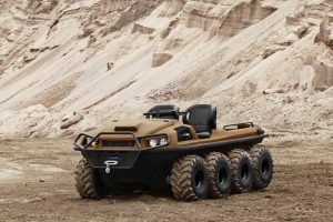 brauner Tinger Armor ATV steht vor einem Sandberg