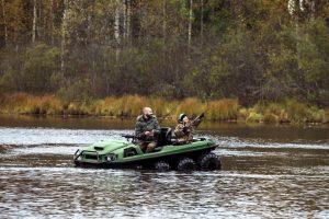 Tinger Armor ATV im Wasser beim Angeln mit zwei Personen