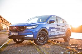 sportliches DFSK Fengon SUV Coupe aus China in blau bei Sonnenuntergang