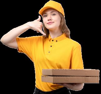 Pizzalieferantin mit zwei Pizzakartons und gelber Arbeitskleidung