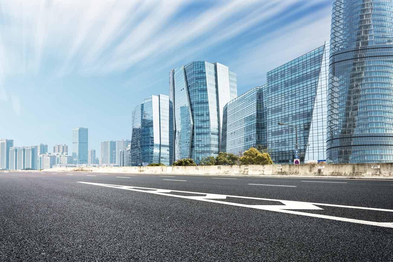 Straße mit Gebäuden im Hintergrund